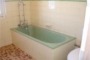 Bathroom Renovations Gold Coast - before bath resurfacing
